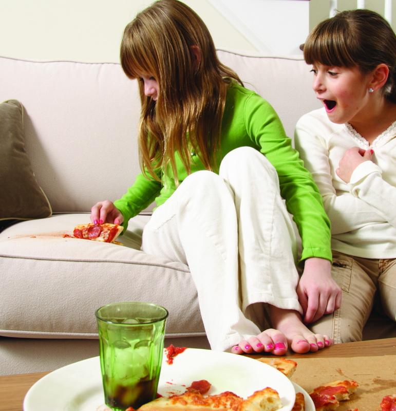 小孩把食物潑撒在白色布沙發上