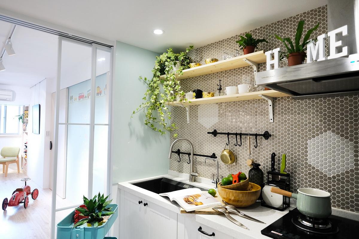 廚房玻璃拉門與層架板設設