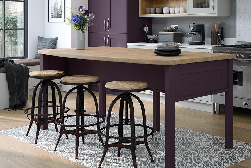 餐桌式中島搭配實木椅凳