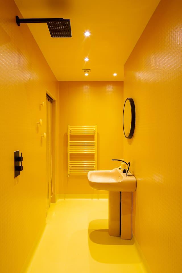 整間都塗成黃色的浴室