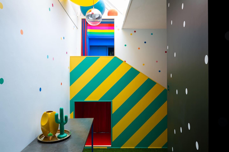 很像小丑色系的樓梯 黃綠條紋