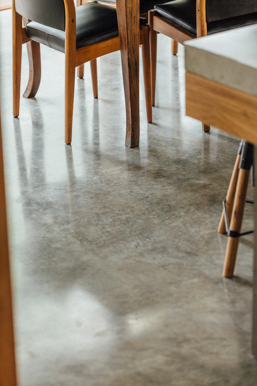 水泥亮面清水模地板 黑色木頭椅