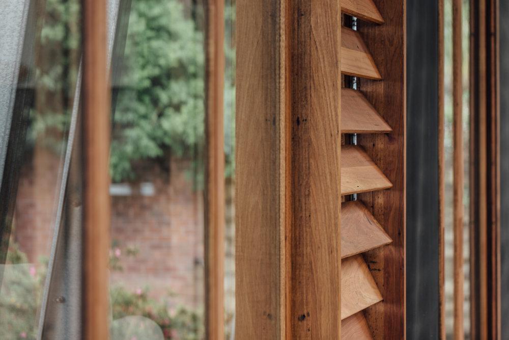 木頭斜角透氣窗