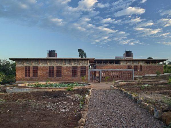 開放式挑高屋頂紅磚建築周圍一片綠地