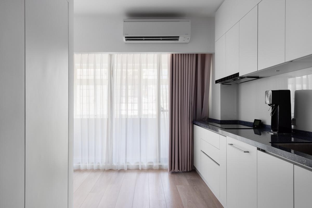 櫥房木頭地板搭配落地窗簾光線充足