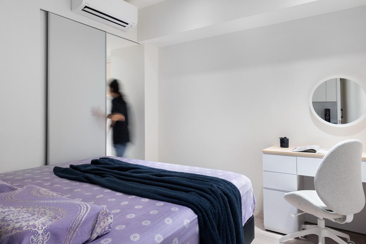 公寓老屋翻修後主臥房, 紫色床單, 更衣間