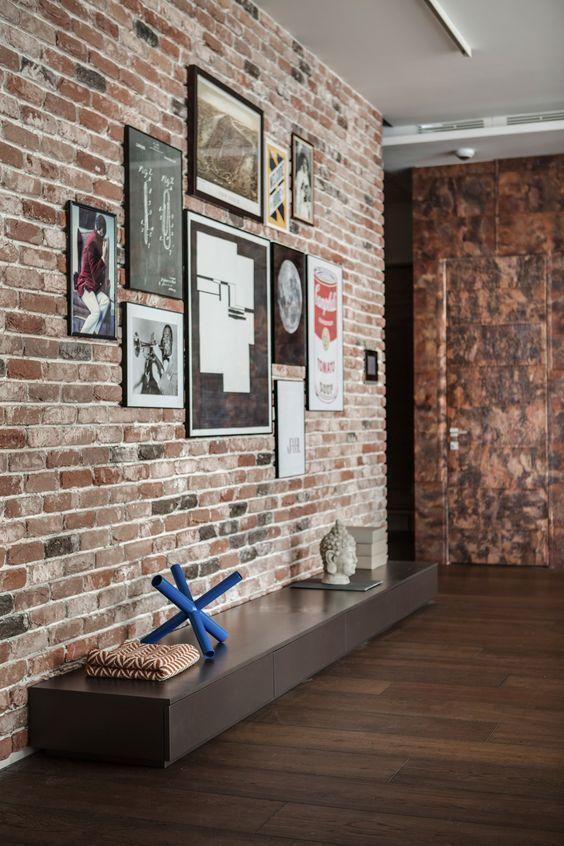 客聽暗紅色紅磚牆搭配深木色地板