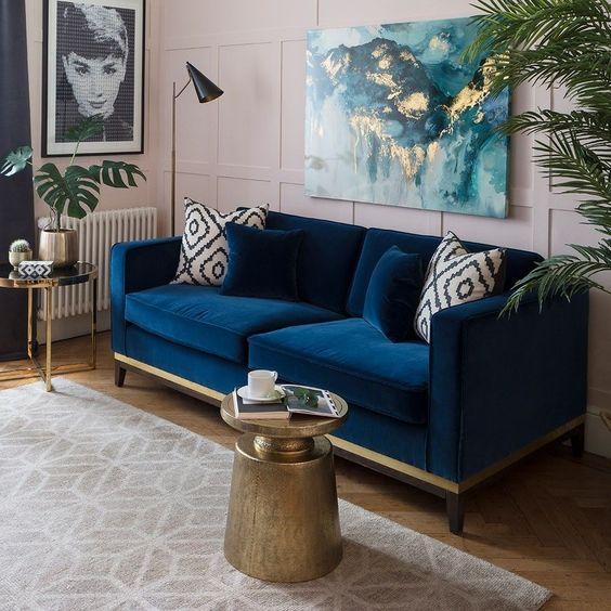 藍色絨布沙發加白色及藍色絨布抱枕