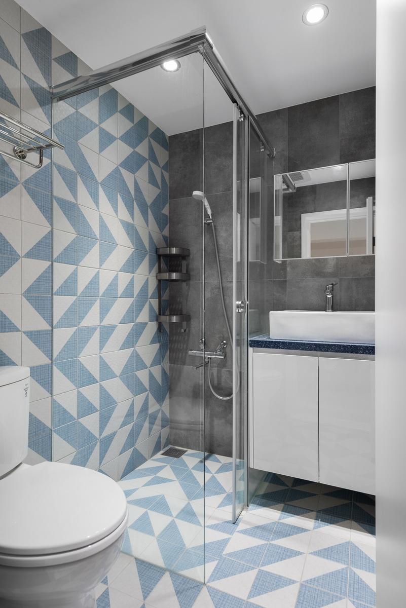 淺藍加白色浴室磁磚