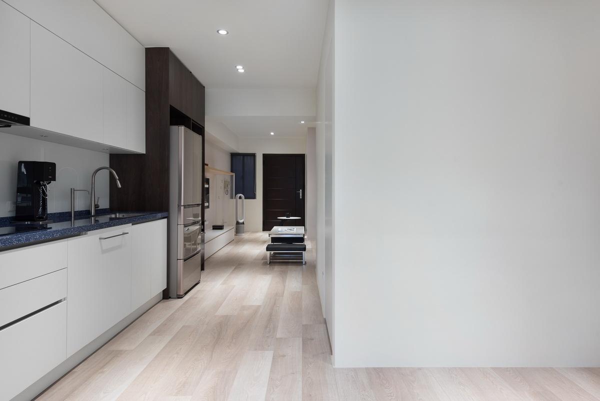 重新室內設計後的廚房黑色石面流理台白色櫥櫃