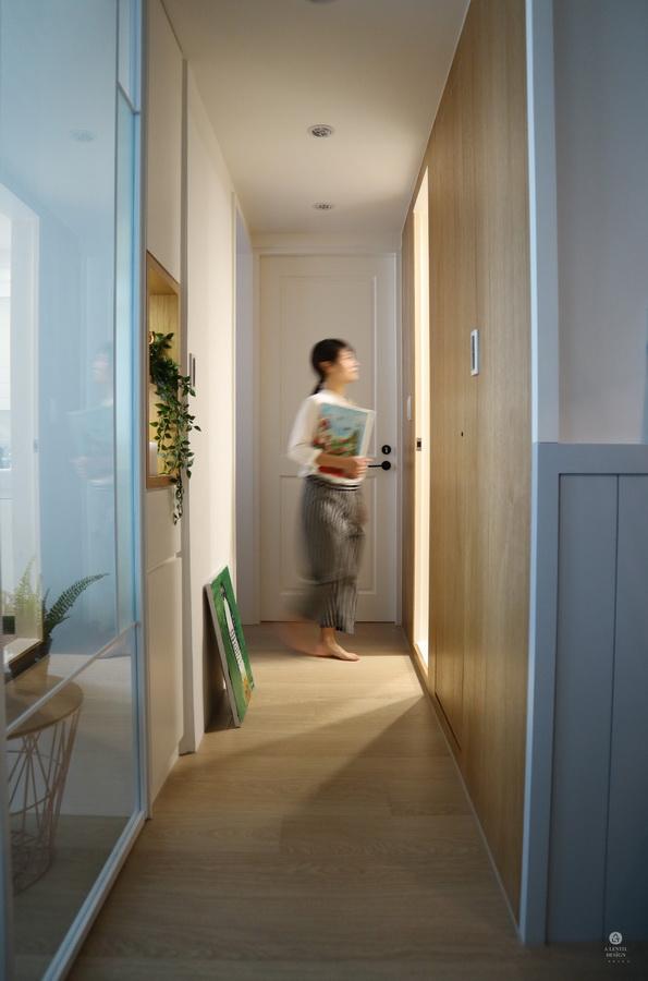 女主人漫步臥室走道