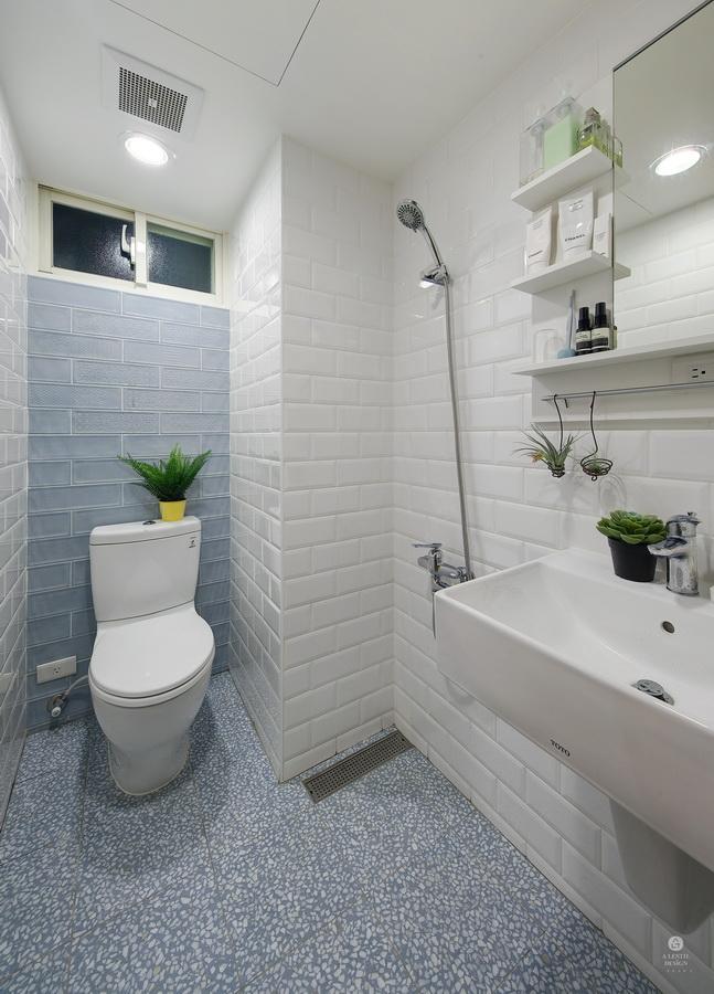 浴室淡藍色地磚、牆面磁磚、及白色麵包磚凸磚