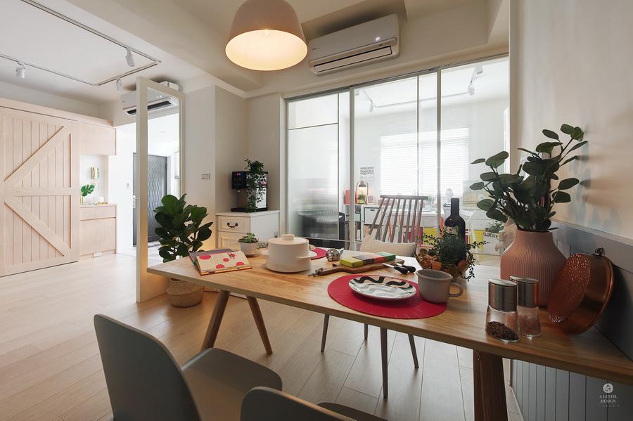 擺好桌的原木色餐桌及淺灰色餐椅