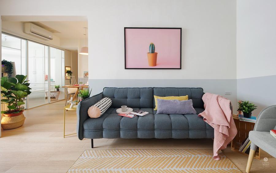 Cozy blue soft 由電視牆望去布面舒服沙發