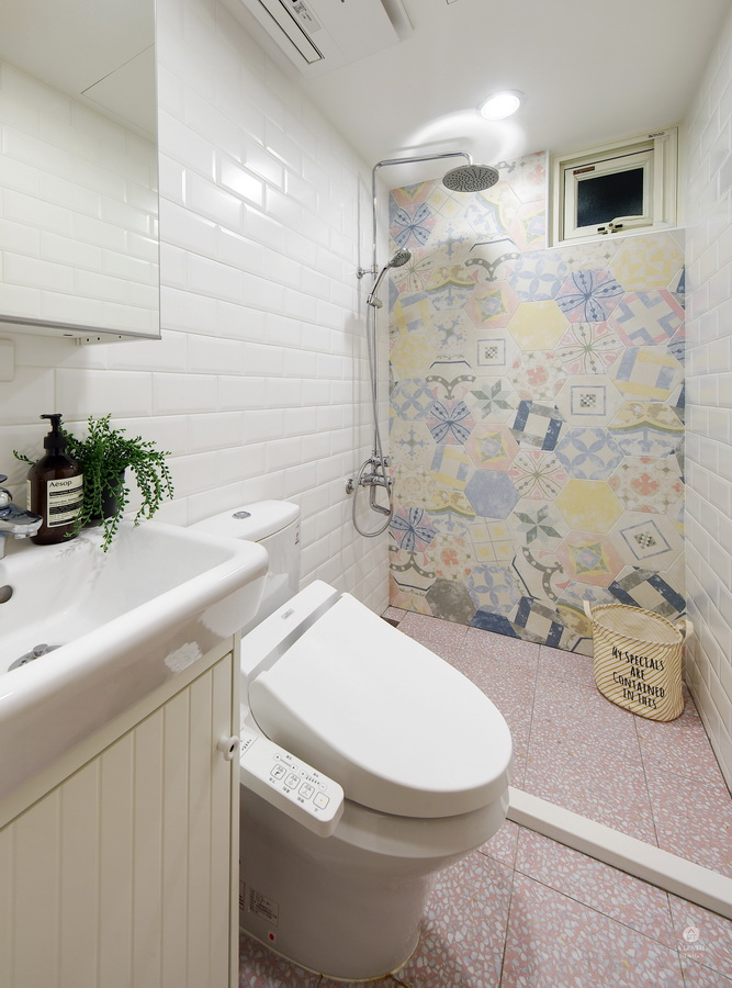 粉色系公主風浴室牆面塗鴉粉紅色白點地磚白色麵包磚