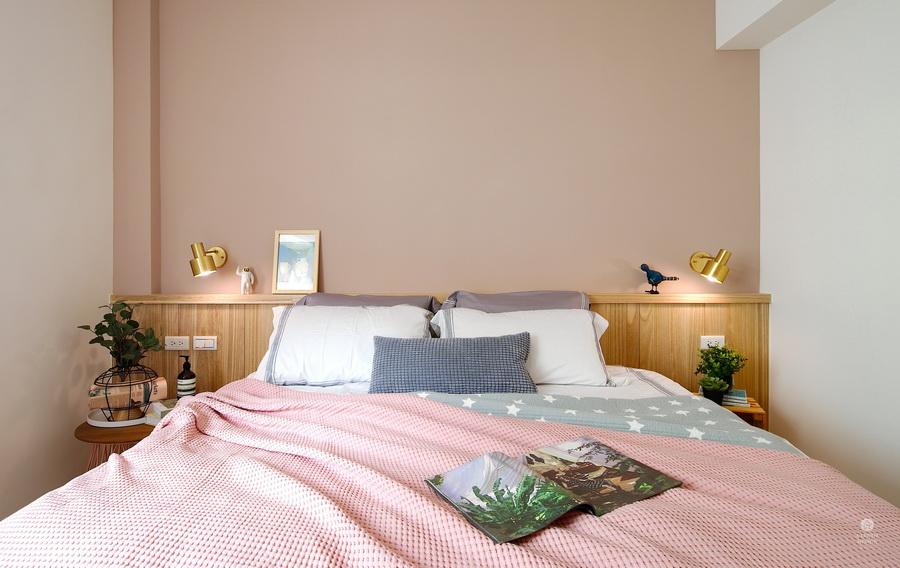 主臥房床頭板粉紅色床單