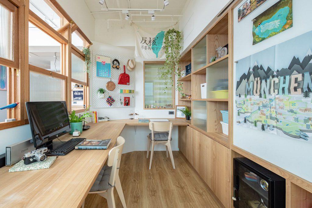 大片木頭懸空桌板書桌及書房書架