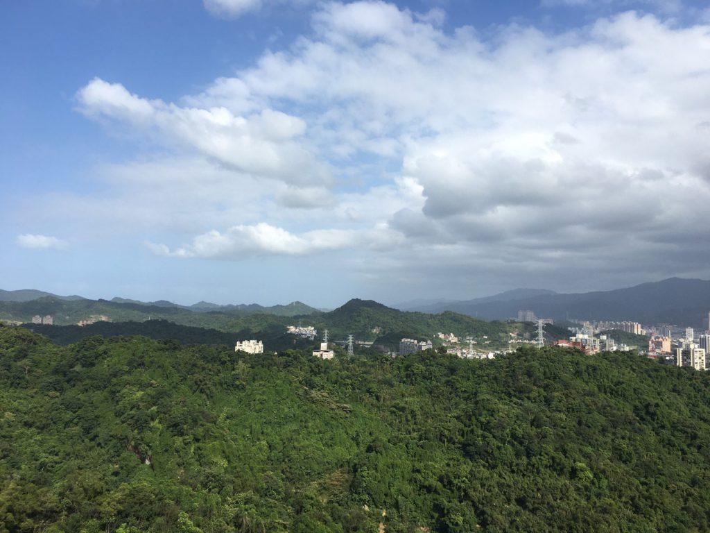 台灣新北市汐止區金龍湖畔的山丘頂