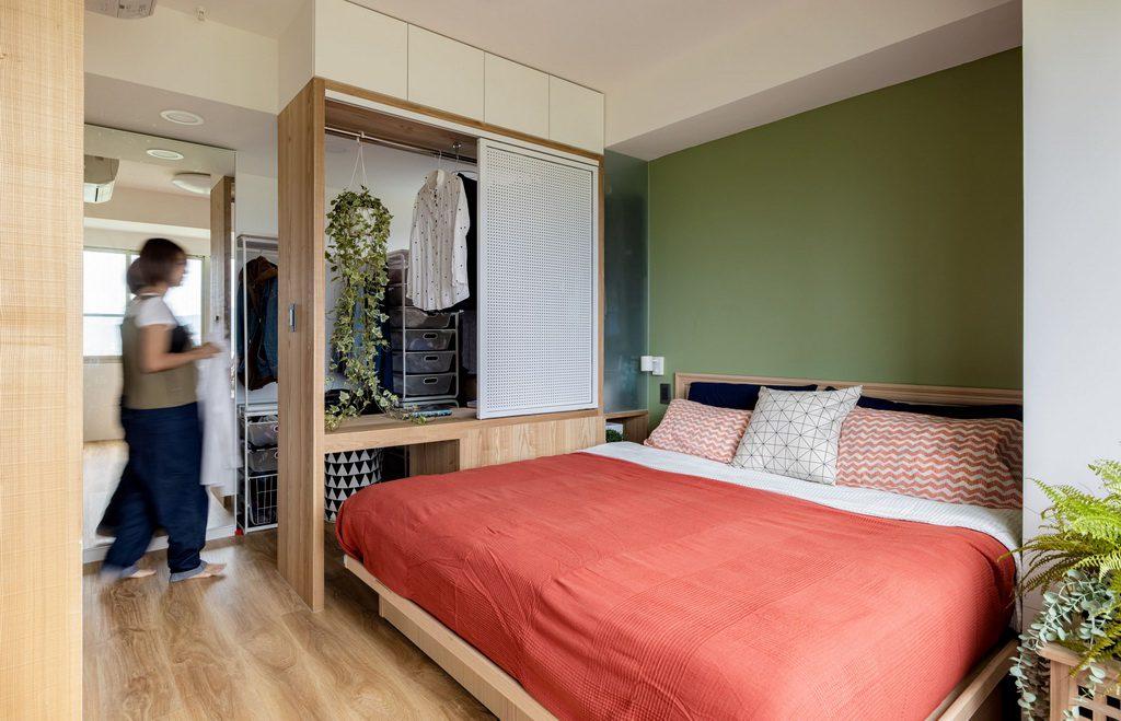 紅色床單與深綠色床後背牆